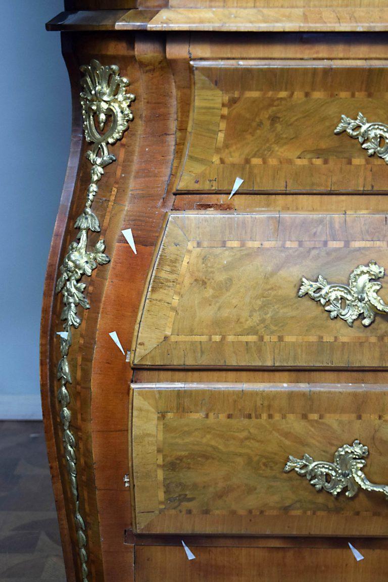 Detail der Kommode mit deutlichen sichtbaren Mägeln