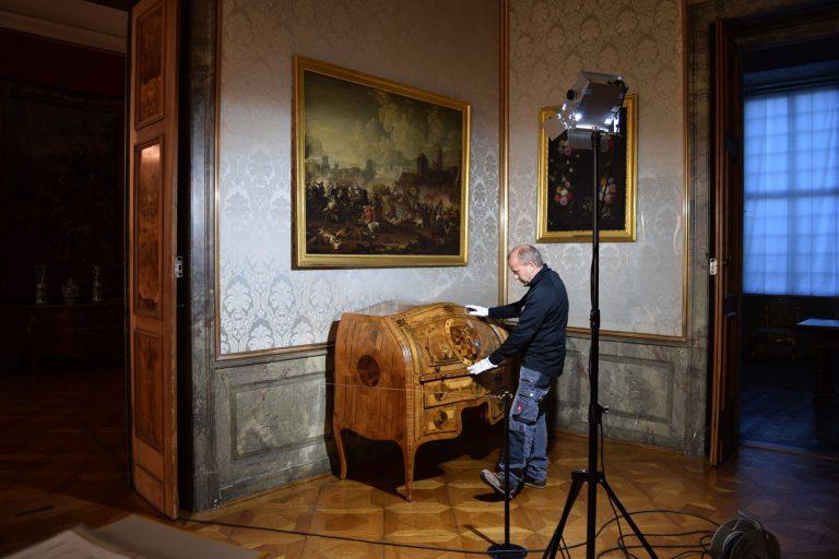 Begutachtung eines barocken Zylindersekretärs.