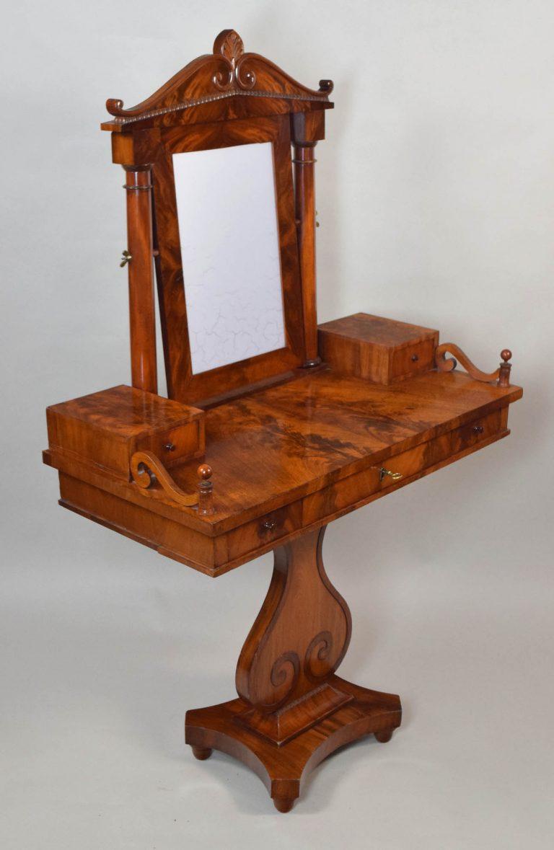 Ein Toilette-Tisch um 1830