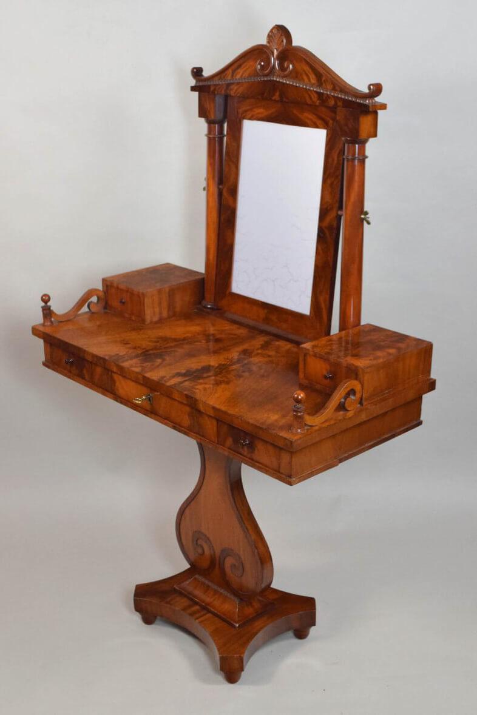 Schrägansicht Toilette-Tisch, um 1830